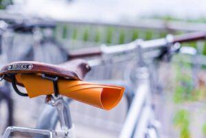 Fahrrad mit orangener Rechnung